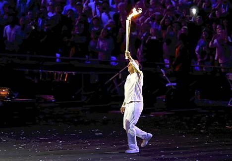Soudun olympiavoittaja Steve Redgrave toi olympiatulen stadionille.