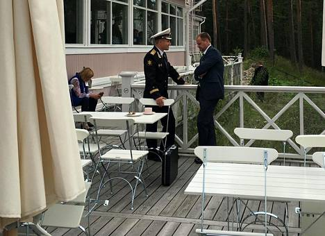 Vladimir Putinin adjutantiksi esittäytynyt meriupseeri ei pitänyt tarpeellisena piilotella vartioimaansa salkkua.