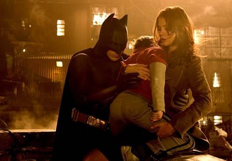 Monet tuntevat Holmesin vuoden 2005 Batman Begins -elokuvasta.