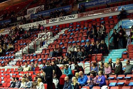 Yleisötilaisuuksissa raja on 20 henkeä. Urheilun puolella pelataan joko tyhjille katsomoille tai otteluita siirretään.