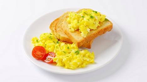 Munakokkelia voi herkutella vaikkapa paahtoleivän ja tomaattien kanssa.