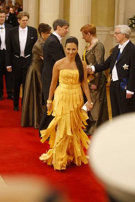 Kultaisen keltainen puku oli vierasjoukossa näyttävä.
