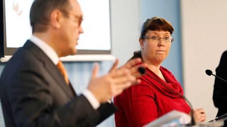 Liikenneministeri Merja Kyllönen vastaanotti Ollilan työryhmän raportin joulukuussa.