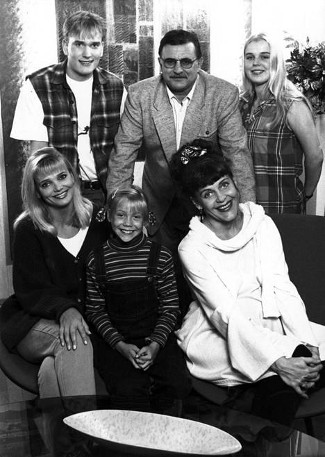 Blondi tuli taloon -sarjassa näyttelivät vuonna 1994 Niko Sinervä, Esko Salminen ja Lotta Onttonen sekä Anu Hälvä, Saara Ylitalo ja Eeva Eloranta.