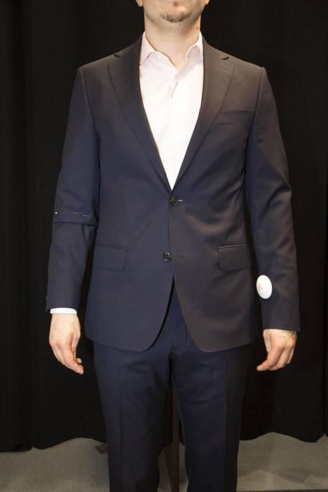Olenko ainut ketä häiritsee, että miesten pitää jättää puvuntakissa alin nappi auki?:D