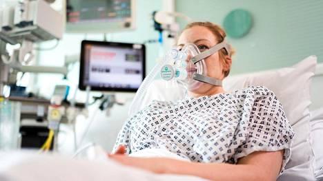 Vapaaehtoinen potilas UCL:n ja Mercedeksen kehittämän CPAP-laitteen avustamana.