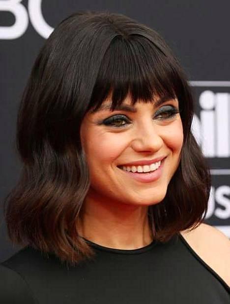 Näyttelijä Mila Kunisin tukkaan on loihdittu hieman laineita.