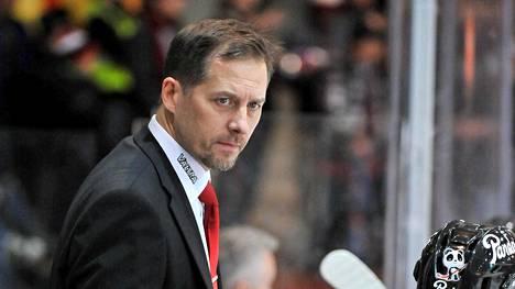 Ari-Pekka Siekkinen ohjeistaa seuraavaksi pelaajia Japanissa.