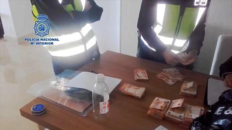 Espanjan poliisin medialle luovuttamalla videolla näkyy, kuinka poliisi laskee löytämiään 50 euron seteleitä.