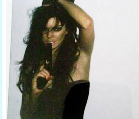 Lindsay Lohan poseeraa aseen kanssa Twitterissä.