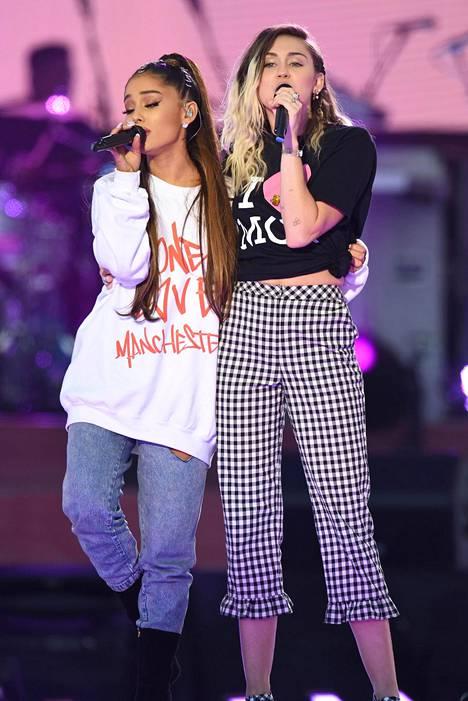 Ariana esiintyi yhdessä Miley Cyrusin kanssa One Love -tukikonsertissaan.