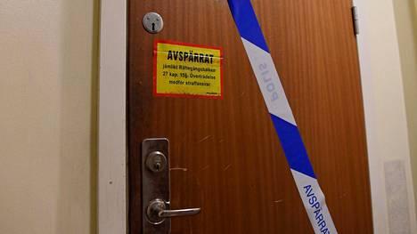 Poliisin nauhaa asunnon ovella Tukholman eteläpuolella sijaitsevassa Haningessa. Tässä asunnossa naisen epäillään pitäneen poikaansa vankina yli 20 vuotta.