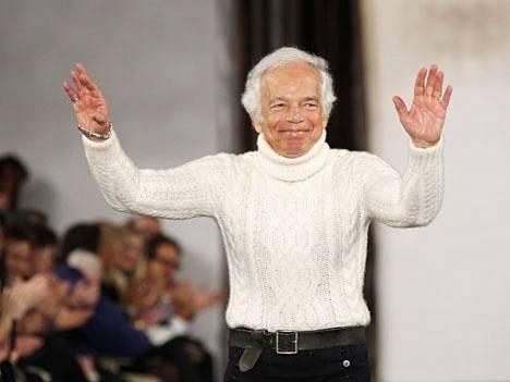 Ralph Lauren kiittää yleisöä New Yorkin muotiviikoilla helmikuussa.
