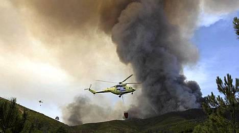 Helikopteri maastopalon sammutustöissä Extremadurassa.