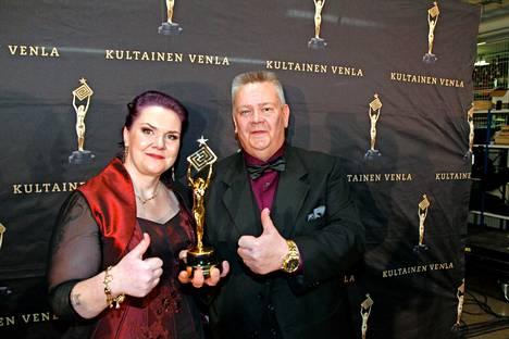 Suomen huutokauppakeisari palkittiin yleisön suosikkiohjelman Kultaisella Venlalla tammikuussa 2016.