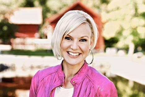 Laulaja Sanna Nielsen on juontanut rakastettua Allsång på Skansenia vuodesta 2016 alkaen.