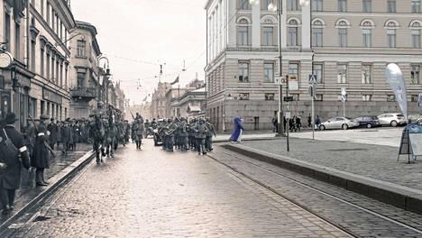 Helsinki on vallattu, ja saksalaisten apujoukkojen paraati saapuu Senaatintorille 14.4.1918, Mojo Erämetsä kertoo kirjassaan.