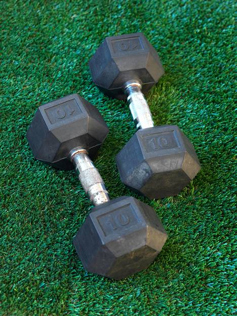 Voimaharjoittelu kunnon painoilla auttaa lisäämään arvokasta lihasmassaa.