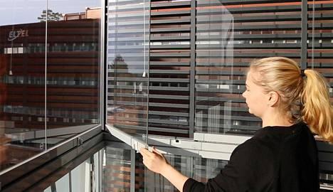 JM Suomen vastuukorjauspäällikkö Jenna Hakkun mukaan paras säätila lasien pesuun on puolipoutainen kesäpäivä.