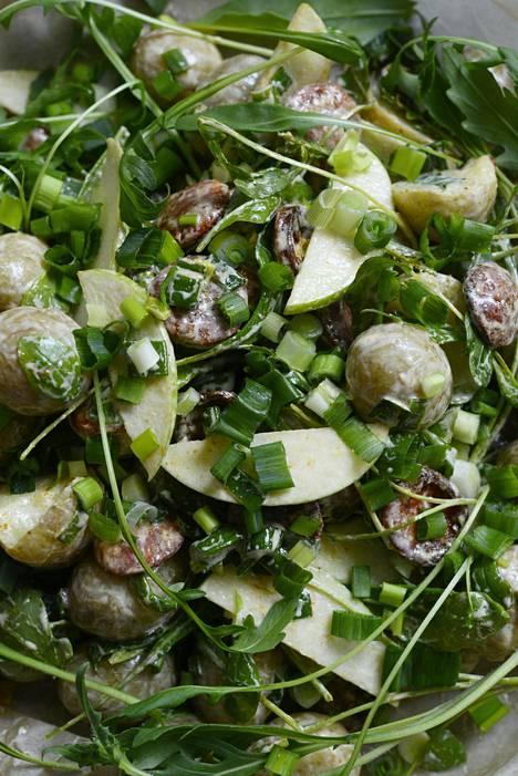 Jos varhaisperunoita ei löydy lähikaupasta, käytä kiinteitä perunoita ja valmista kuorista sipsejä.
