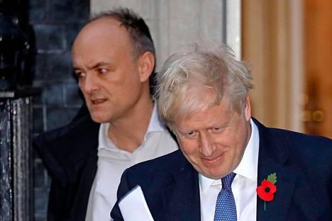 Pääministeri Johnsonin neuvonantajan Dominic Cummingsin (vas.) yhteydet Venäjälle kummastuttavat.