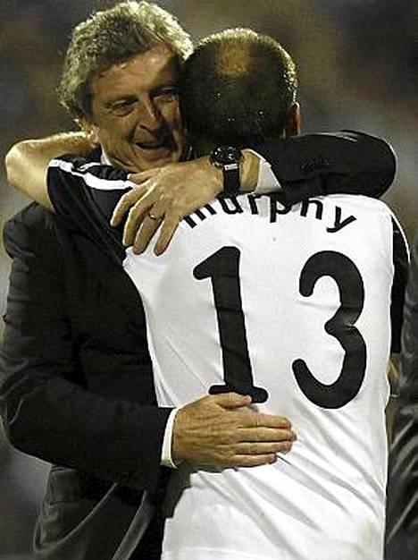 Roy Hodgson (vas.) iloitsi Euroopan liigan finaalipaikasta.