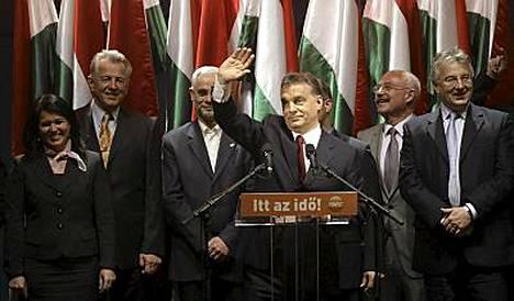 Viktor Orbanista (keskellä) tulee uusi pääministeri.