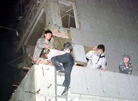 Työntekijät pakenivat Kiinan Belgradin-lähetystöstä iskun jälkeen.