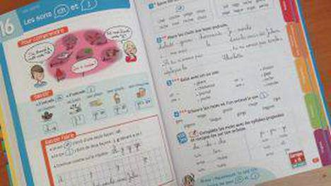 Vanhempien tulee allekirjoittaa lastensa koulukirjat ja tehtävävihot.