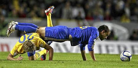 Ruotsi otti voiton Kazakstanista jalkapallon MM-karsinnoissa tiistaina. Kuvassa Kazakstanin Michael Rojkov ja Ruotsin Ola Toivonen pallontavoittelutilanteessa. Ruotsi voitti ottelun 2-0.