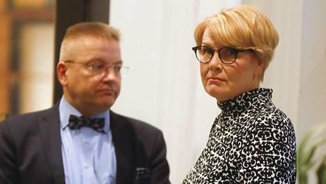 Valtioneuvoston viestintäjohtaja Päivi Anttikoski ja asianajaja Markku Fredman Pirkanmaan käräjäoikeudessa Tampereella torstaina 21. marraskuuta 2019.