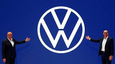 Volkswagenin henkilöautolinjan toimitusjohtaja Ralf Brandstaetter jamyynti- ja markkinointijohtaja Jürgen Stackmann esittelivät Volkswagenin uutta logoa myöhään maanantaina illalla Frankfurt Am Mainissa. V- ja W-kirjaimet ovat logossa aiempaa ohkaisemmat.