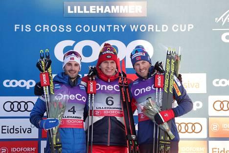 Hans Christer Holund (vas.) sijoittui lauantaina Lillehammerin maailmancupin yhdistelmäkisassa toiseksi. Venäläistähti Aleksandr Bolshunov (kesk.) oli ykkönen, Norjan Emil Iversen kolmas.