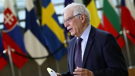 EU:n ulkosuhteita johtava korkea edustaja Josep Borrell puhui medialle Brysselissä 22. helmikuuta 2021.