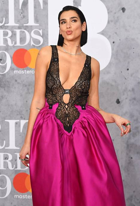 Dua Lipa edusti helmikuussa Brit Awards -gaalassa.
