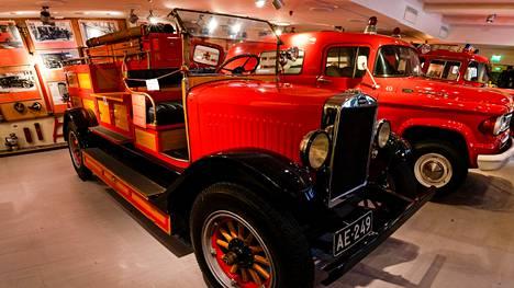 Kaluston joukossa nähdään muun muassa kuvanVolvo-merkkinen paloauto vuodelta 1927.