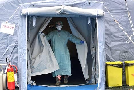 Ensihoitaja työskenteli Brescia Civilians -sairaalan ulkopuolelle pystytetyssä teltassa Italian Bresciassa 3. maaliskuuta.
