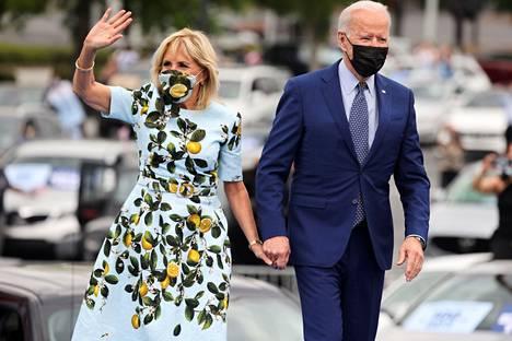 Jill Bidenin yllä nähdään usein  tyköistuvia ja yksinkertaisia vaatteita.