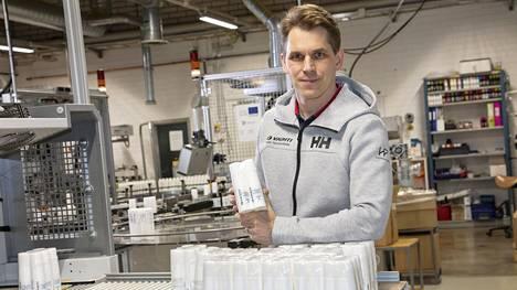 Suksivoiteistaan tuttu Vauhti Speed tekee nyt käsidesiä. Kuvassa yrityksen toimitusjohtaja Esa Puukilainen.