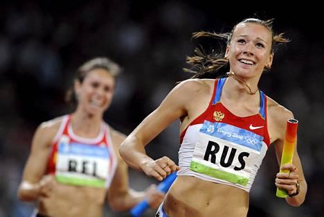Dopingista kärynnyt Julia Tshermoshanskaja toi Venäjän ankkurina Pekingin pikaviestifinaalin ykköseksi.