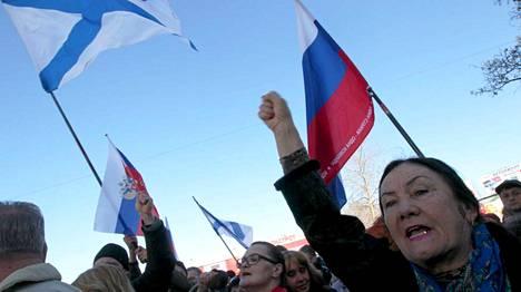 Kansa osoittaa mieltä Venäjän puolesta Sevastopolissa Krimillä.