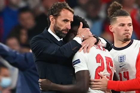 Englannin päävalmentaja Gareth Southgate lohdutti Bukayo Sakaa finaaliottelun jälkeen.