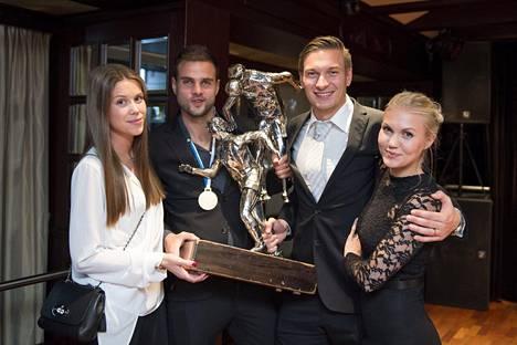 Iltajuhlassa peliasut oli vaihdettu edustavampaan vaatetukseen. Mestaruuspokaalin ääressä Jenna Ekström (vas.), Aleksei Kangaskolkka, Kristian Kojola sekä Maria Kojola.