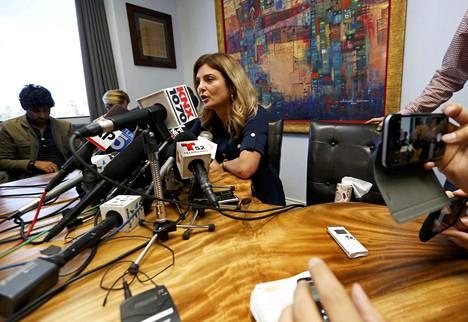 Asianajaja Lisa Bloom lehdistötilaisuudessa tiistaina.