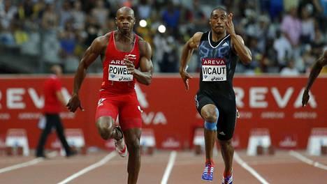 Asafa Powell voitti Pariisin Timanttiliigan 100 metrin kisan. Jimmy Vicaut (oik.) tarjosi kelpo vastuksen.