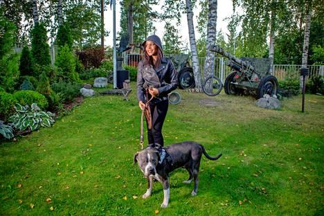 Autumn Jackson ja Magnum-pitbull Vantaalla vuonna 2017.