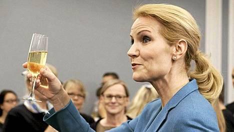 Tanskan uusi pääministeri Helle Thorning-Schmidt skoolasi uuden hallituksen esittelytilaisuudessa.