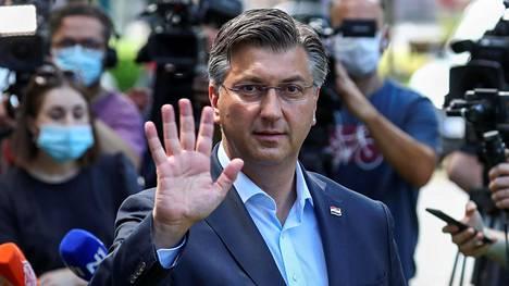 Kroatian pääministeri ja HDZ-puolueen puheenjohtaja Andrej Plenkovic heilutteli kameroille ollessaan äänestyspaikalla maan pääkaupungissa Zagrebissa sunnuntaina.