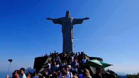 Kristus-patsas on yksi Rio de Janeiron suosituimmista nähtävyyksistä.