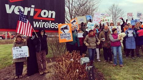 Mielenosoittajat puolustivat netin avoimuutta mielenosoituksilla muun muassa Verizon-operaattorin kauppojen edessä Massachusettsissä joulukuun alussa.